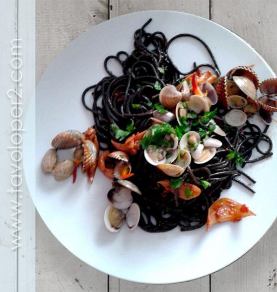spaghetti al nero di seppia con frutti di mare e pomodorini_TAVOLO PER2
